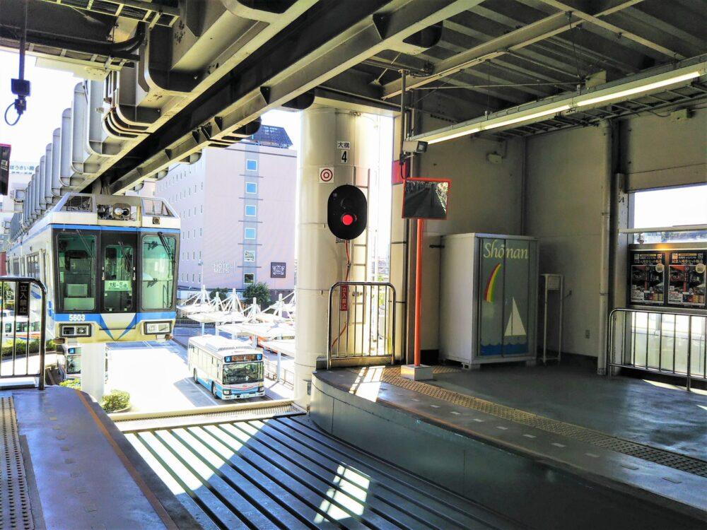 湘南モノレール 大船駅に到着する車両(青色)