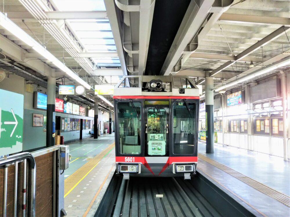 湘南モノレール 大船駅に到着する車両
