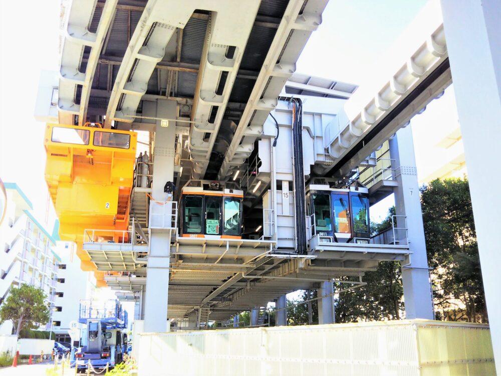 湘南モノレール 車両基地に入庫の車両2つ
