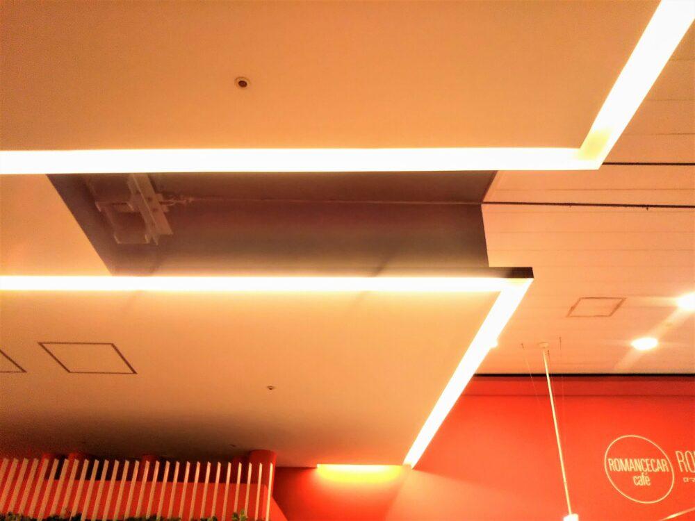 ロマンスカーカフェ|カフェ店内の天井にある電車のトロリ線