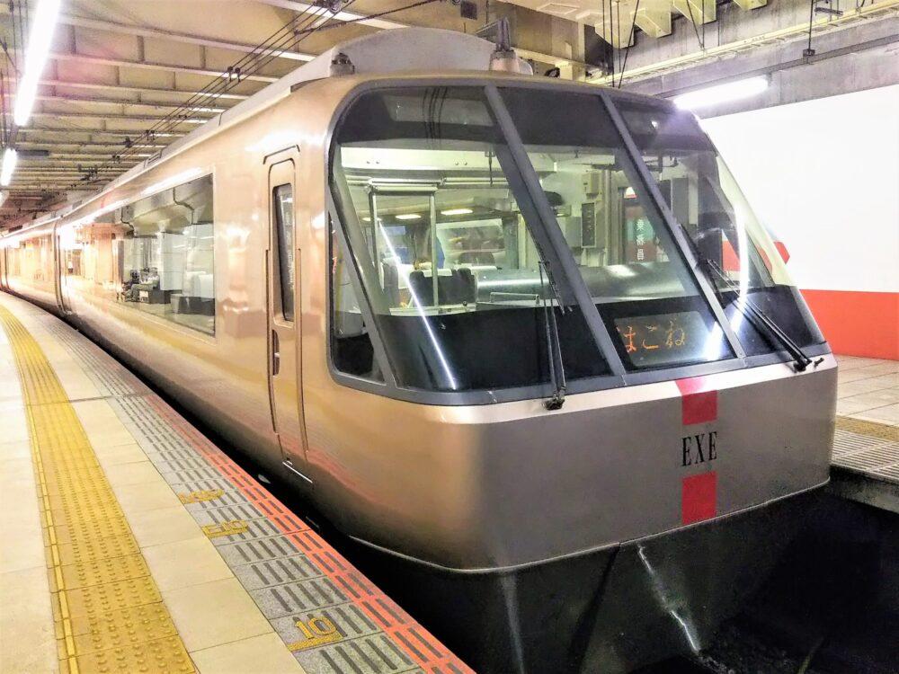 新宿駅で見えるロマンスカーEXE