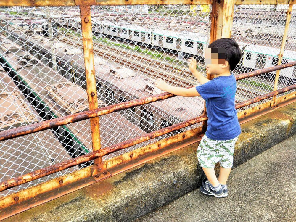 長津田検車区 歩道橋から電車を眺める子供