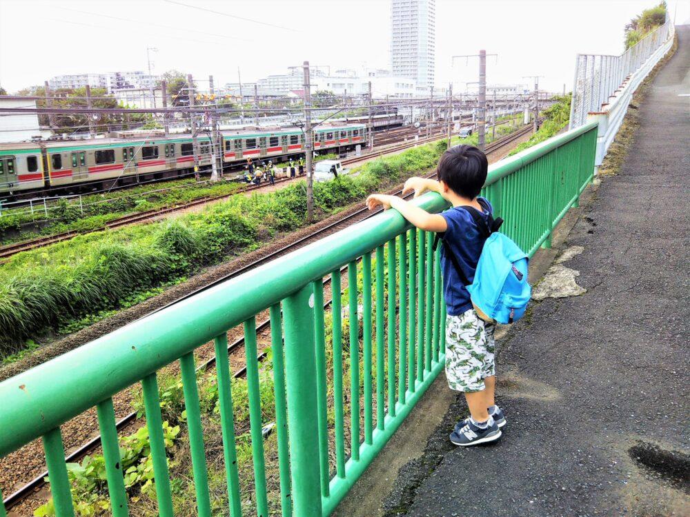 長津田検車区 行く途中で見える東急線の電車と電車を眺める子供